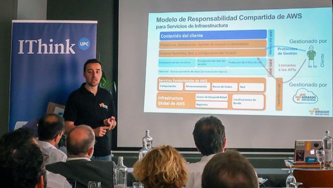 """Miguel Rojo, Solutions Architect d'AWS  durant la seva ponència """"Compliment de normatives, contractació i la seguretat de les dades"""""""